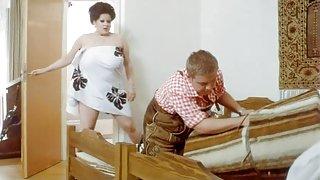 زنان خانه دار سفت به تماس در جوان گل میخ در حالی که همسران خود را در خانه نمی